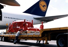 Thumb_800px-huygens_after_off-loading_from_lufthansa_cargo_plane_at_ccas